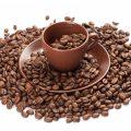 blyudce-chashka-kofejnye-zerna-kofe-v-zernax